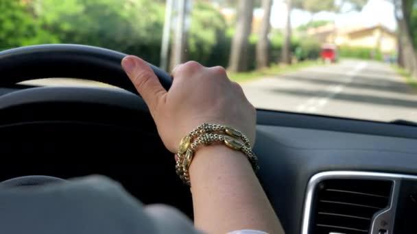 ženská ruka drží kolo auto na ulici