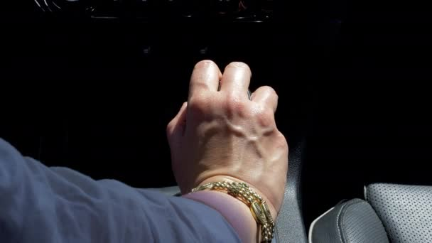 Ruka ženy řazení při řízení auta