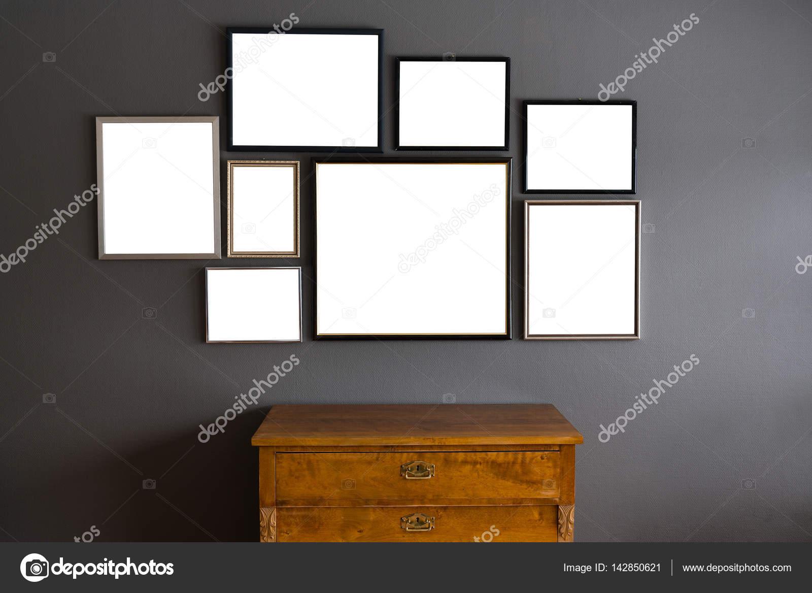 Marcos en blanco en diferentes tamaños en una pared gris — Foto de ...