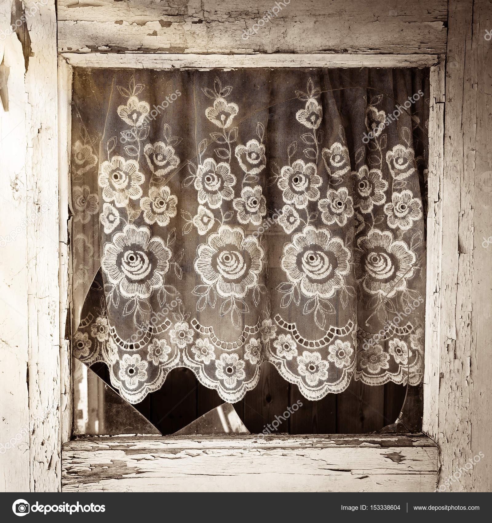 Nahaufnahme des alten Hauses Tür Fensterrahmen mit Glasscherben und ...