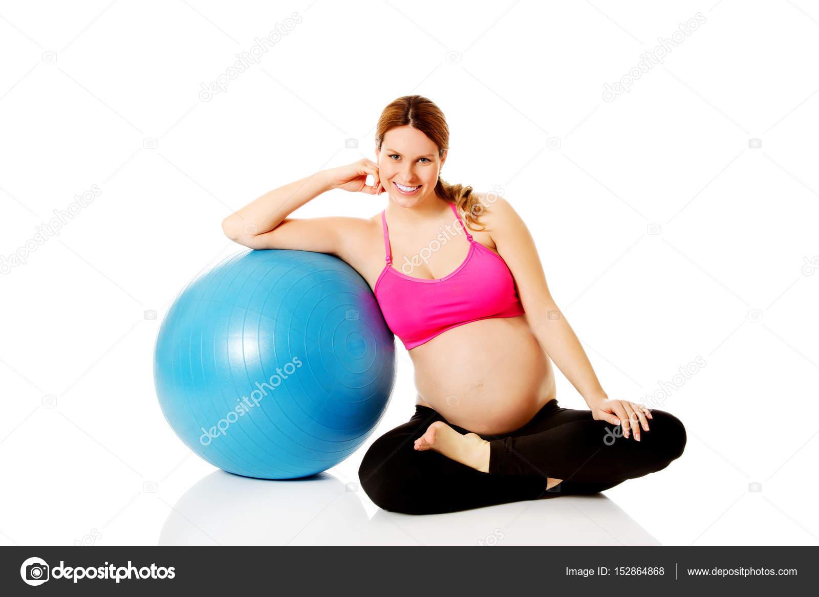 Joven mujer embarazada los ejercicios con pelota de gimnasia - embarazada  ejercicios con pelota — Foto de Marcinska — Foto de Marcinska 9caab37d10c1