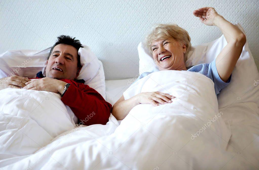 отец русская пожилая пара лежат в кровати слова анджелины