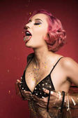 krásné růžové vlasy curly dívka s tetováním na prádlo infront červené pozadí