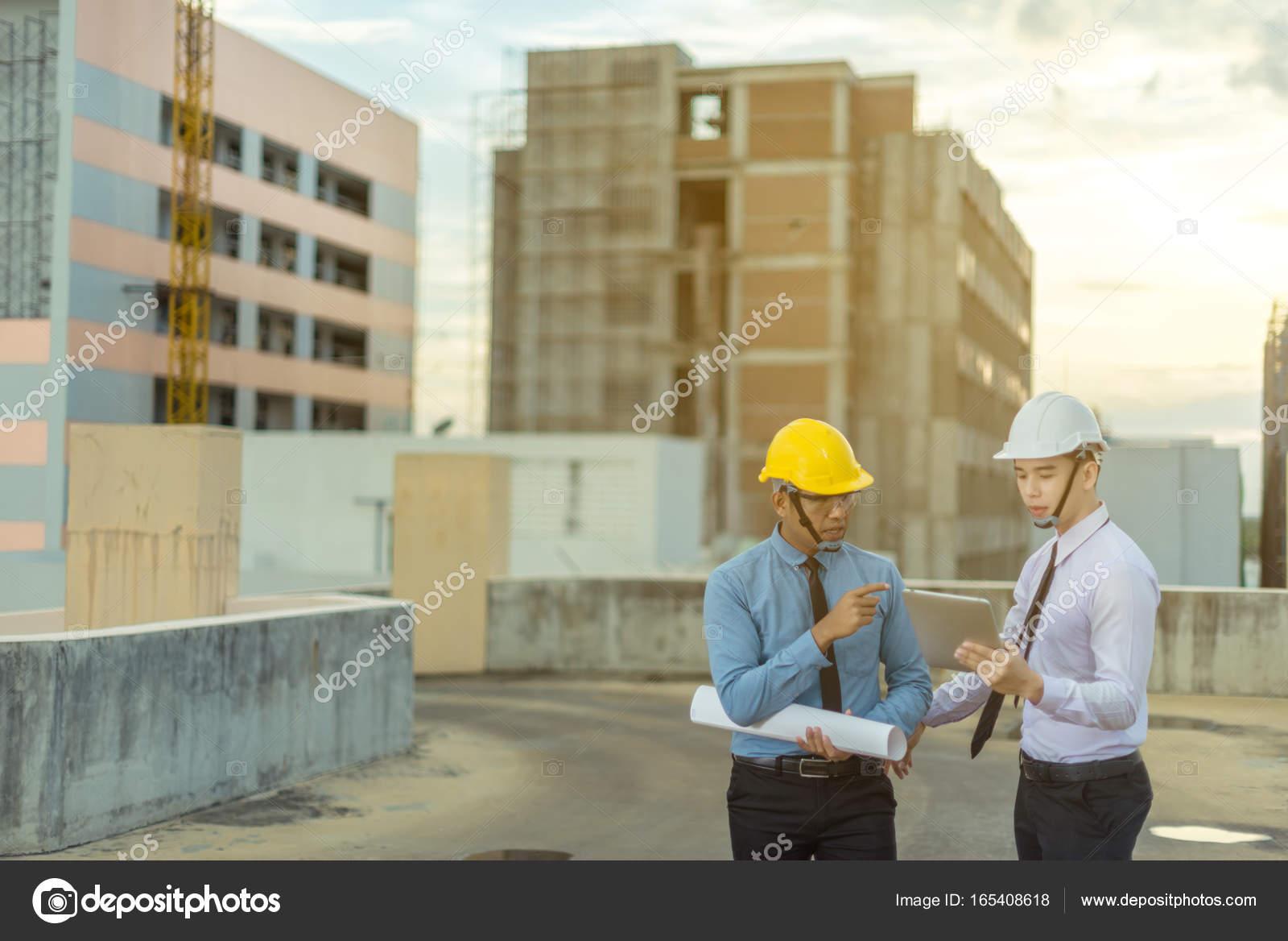 Souriante jeune architecte ou ing nieur constructeur dans for Jeune architecte