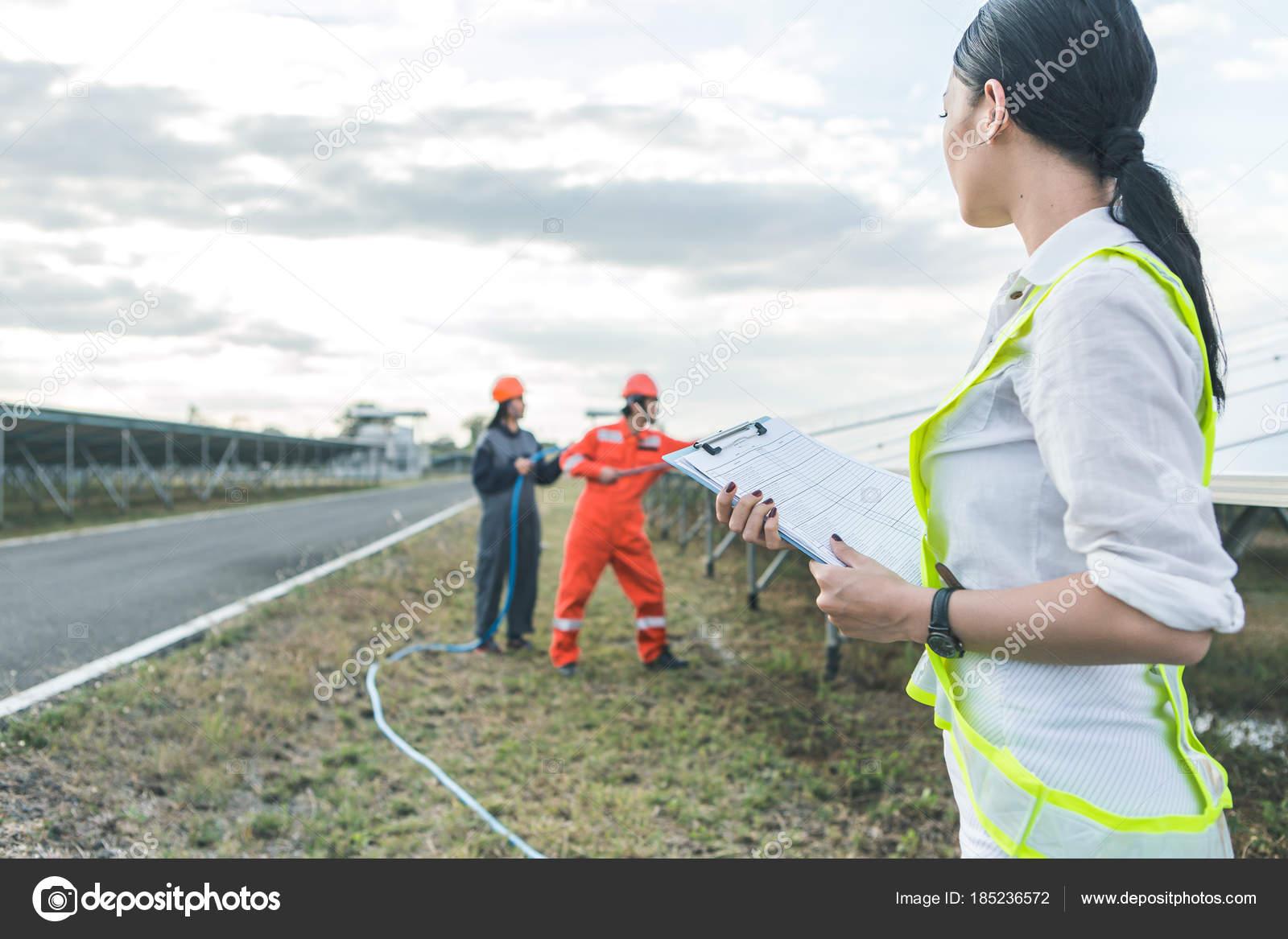 Ingenieros Estn Comprobando El Sistema Elctrico Enfoque