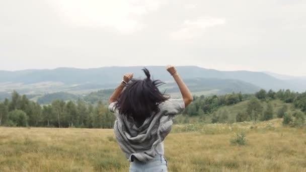 Lány örül győzelem a hegyen