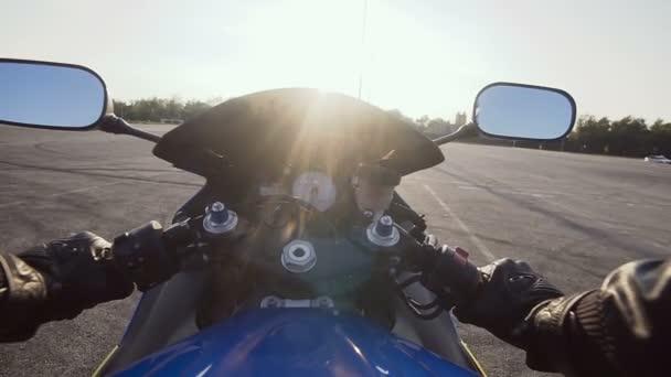 Motocyklista na motocyklu na prázdné asfaltové silnici