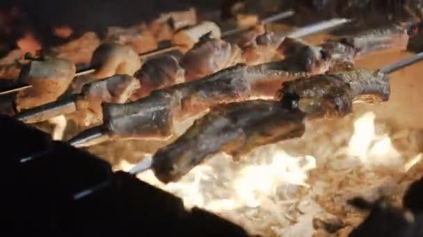 Barbecue.Marinated také příprava na barbecue gril na dřevěné uhlí. Pečené hovězí špíz Bbq gril. Maso na grilu