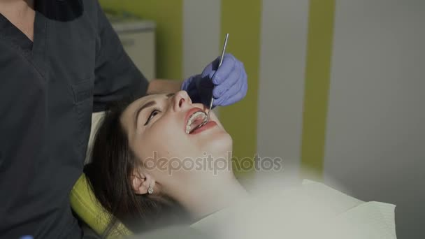 Ein männlicher Zahnarzt arbeitet in seinem Büro