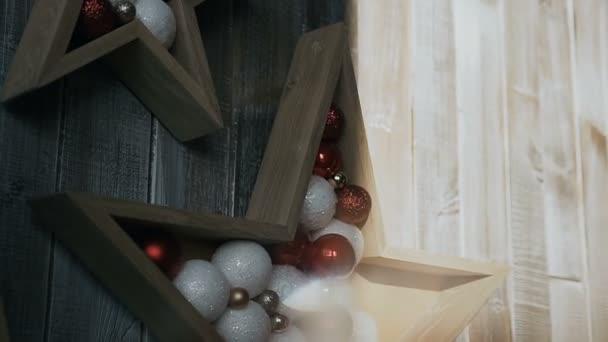 Dvě hvězdičky ze stromu nad dřevěnou pozadí. Vánoční ozdoby. Vánoční prázdniny
