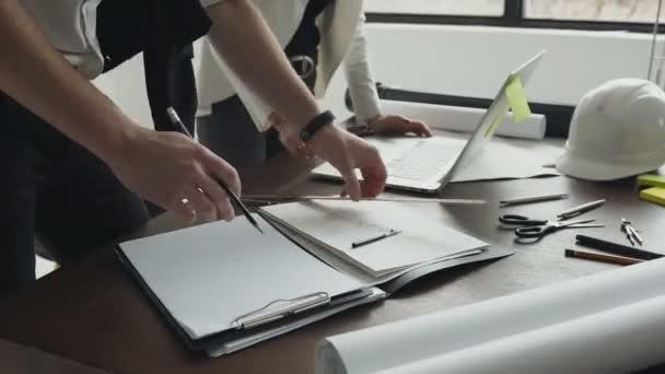 Közelről. Építész ember dolgozik a laptop és tervrajzok, mérnök ellenőrzés-a munkahely építészeti terv, rajzolni egy építési projekt, a szelektív összpontosít