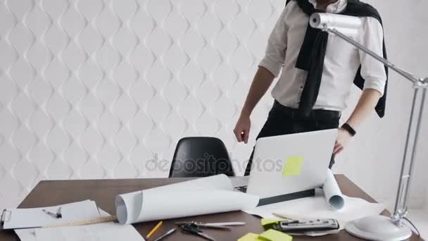 Inženýr muž plnovous práci s notebookem a modrotisky, inženýr kontroly na pracovišti pro architektonický plán, skicování stavební projekt
