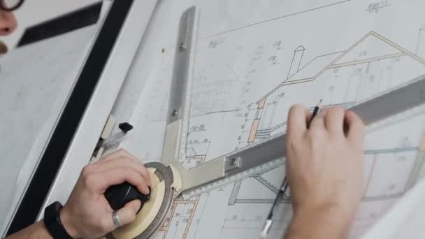 Činžovní domy detail z mužského architekt pracuje na plán v Office