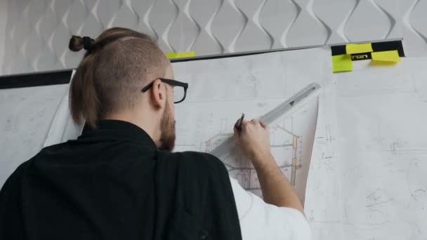 Velky Plan Tabulka S Vykresy A Architekt Pracuje Na Vykresy Novych