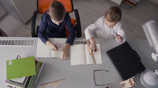 Ansicht Von Oben Die Beiden Kleinen Brüder An Den Schreibtisch Zu