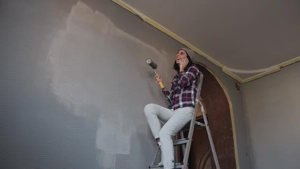Jong hipster meisje zittend op de ladder in de kamer waar ze