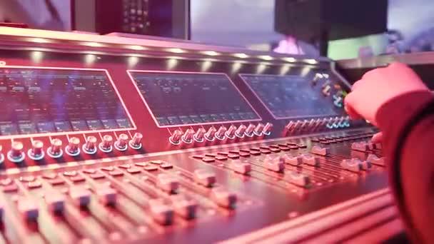 Dj mužské ruce hrací sada v noční klub party. Ruce z Audio inženýr pracuje na profesionální analogové konzole, přesun fadery, mixování hudby