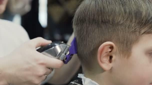 Hautnah Professioneller Friseur Einen Neuen Haarschnitt Auf Das Nasse Haar Mit Hilfe Von Ridge Und Elektrorasierer Zu Tun Friseur Fur Manner Neue Frisur Fur Den Jungen