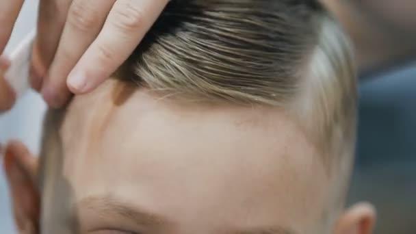 Primi Piani Del Viso Ragazzi A Che Un Nuovo Taglio Di Capelli Alla Moda Il Barbiere Fa Un Taglio Di Capelli Per Un Bambino In Un Negozio Di Barbiere Maschio Barbiere Rende Haircute Styling Per Il