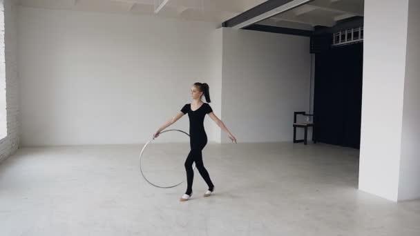 Ritmikus gimnasztika: torna lány öltözött fekete Body végzi a torna gyakorlás-val egy karika, iskolai sport képzés