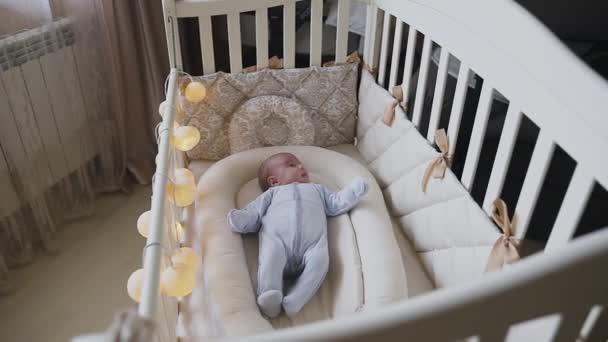 Ein Neugeborenes Baby junge in einem Kinderbett im Schlafzimmer ...