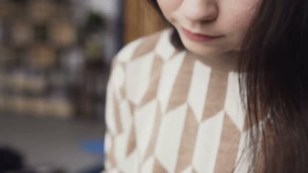 Truccatore professionista disegna un grafico faccia su carta da acquerello utilizzando sfumature di tavolozza per cosmetici e pennello. Artista femminile in un vestito dipinge un dipinto su tela a casa