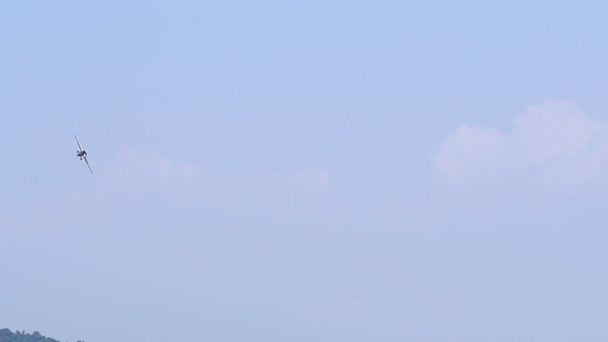 A blue sky és clouds repülő repülőgépek. Légi járművek.