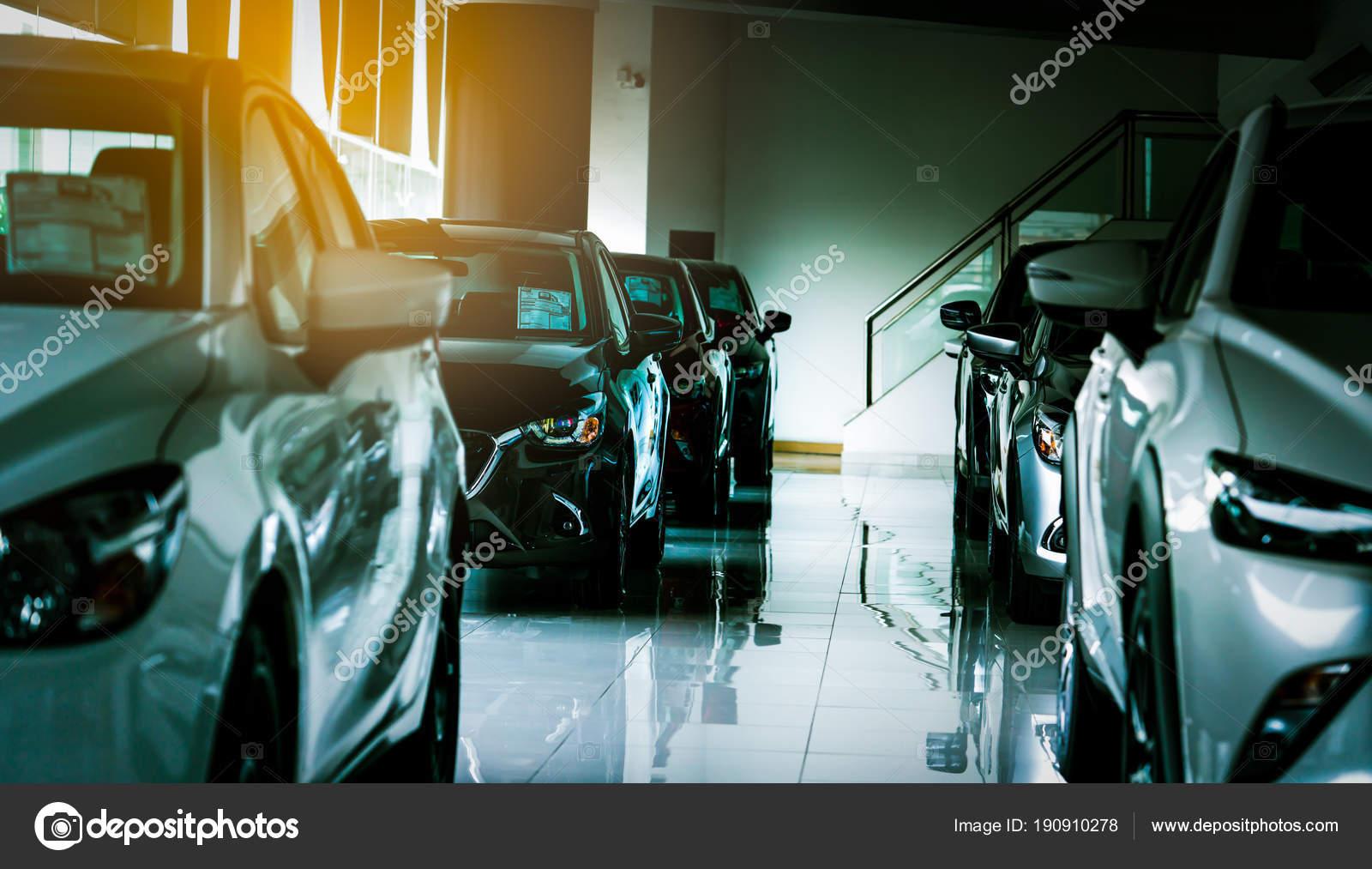Nouvelle voiture compacte de luxe garées dans une salle d