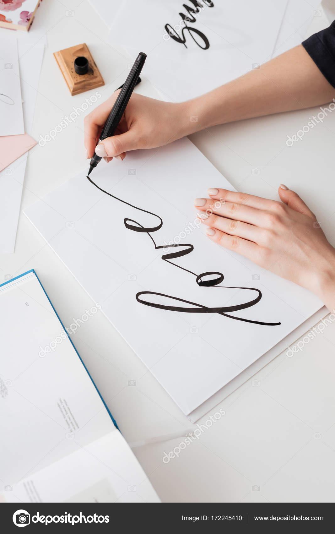 gros plan photo des mains de jeune femme crivant mignons notes sur papier sur le bureau isol. Black Bedroom Furniture Sets. Home Design Ideas