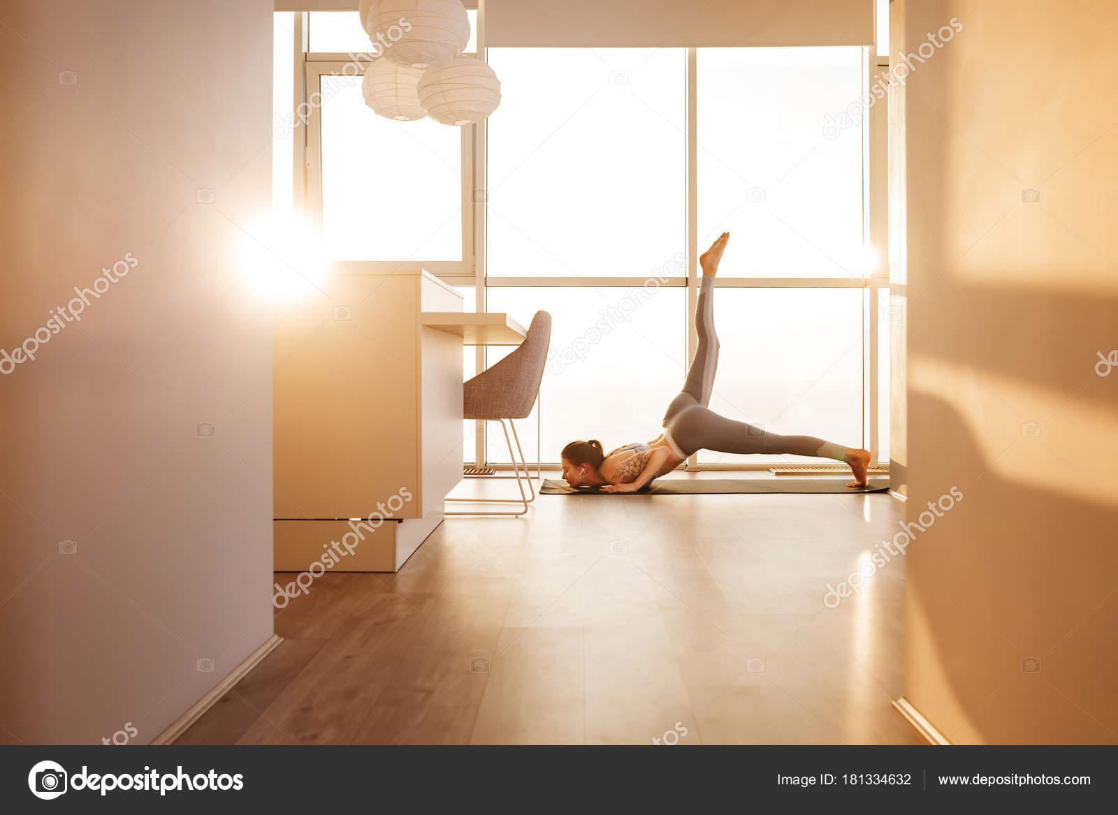 Bela Foto Jovem Praticando Ioga Posa Tapete Ioga Casa Com Stock  -> Tapete Para Sala De Pilates