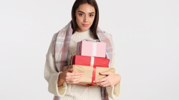 Csinos mosolygós lány hangulatos kockás vállak kezében ajándék dobozok álmodozva nézte a kamera elszigetelt