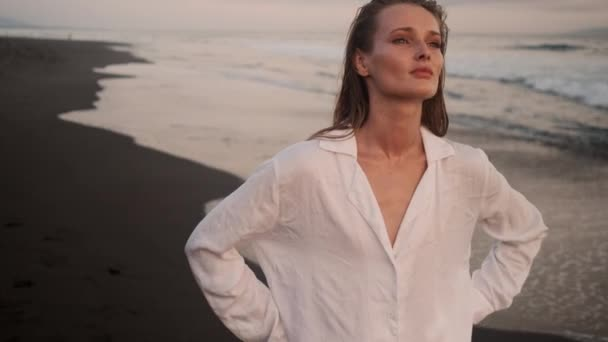 Tracking lövés vonzó elegáns lány séta az óceán mellett a trópusi szigeten