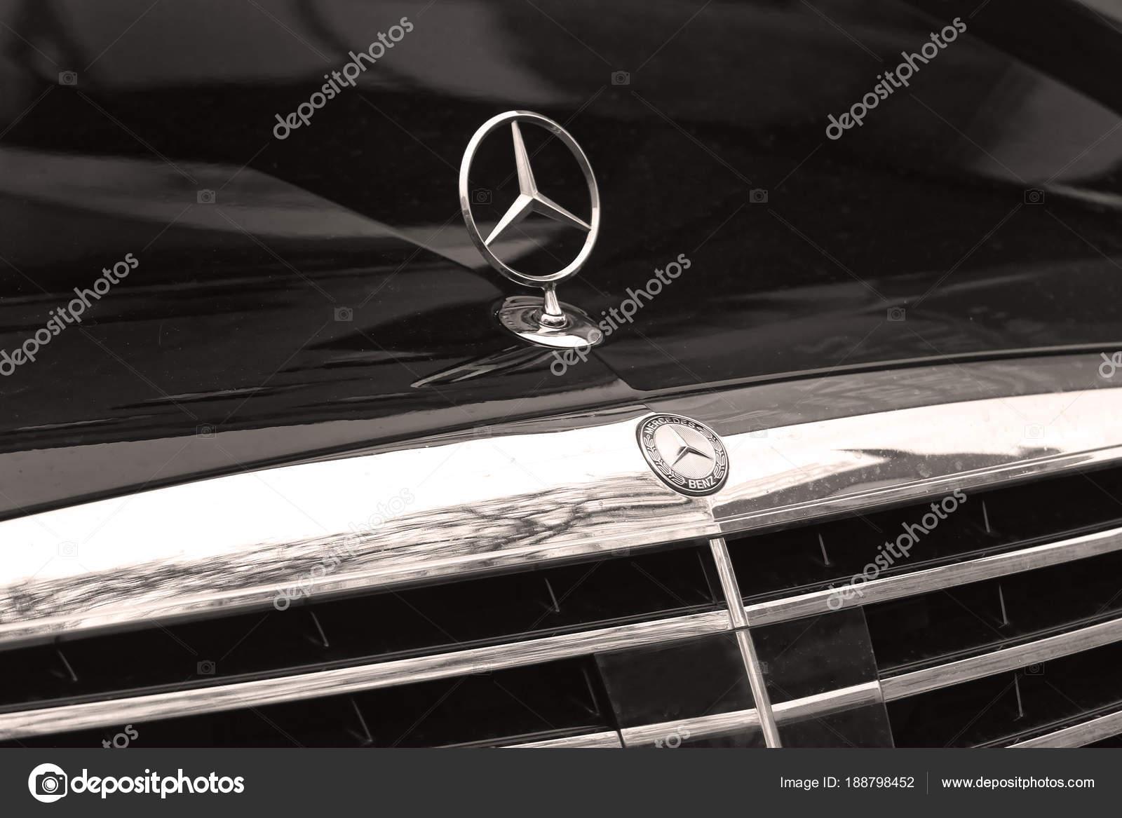 Zilveren Mercedes Teken Op De Motorkap Van De Auto Redactionele