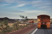 dvě velké nákladních automobilů