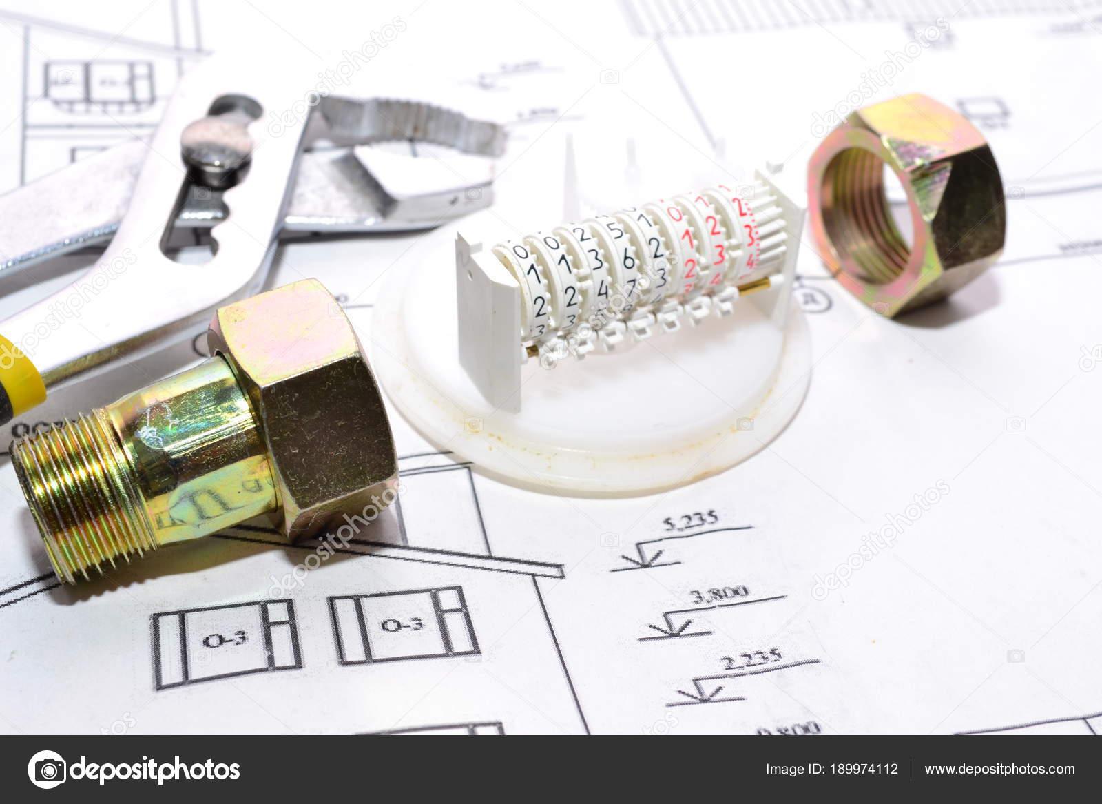 Badkamer Bad Installeren : Het installeren van een bad in de badkamer u stockfoto maikal