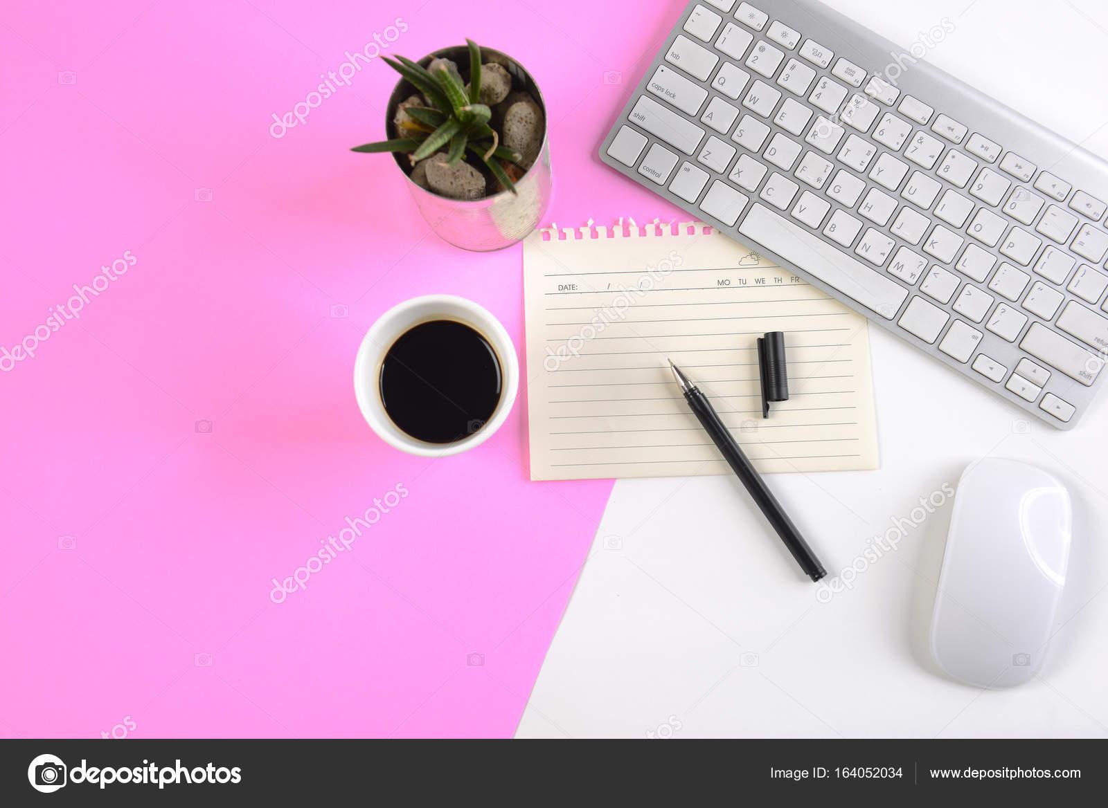 Table de bureau avec clavier souris ordinateur portable et le