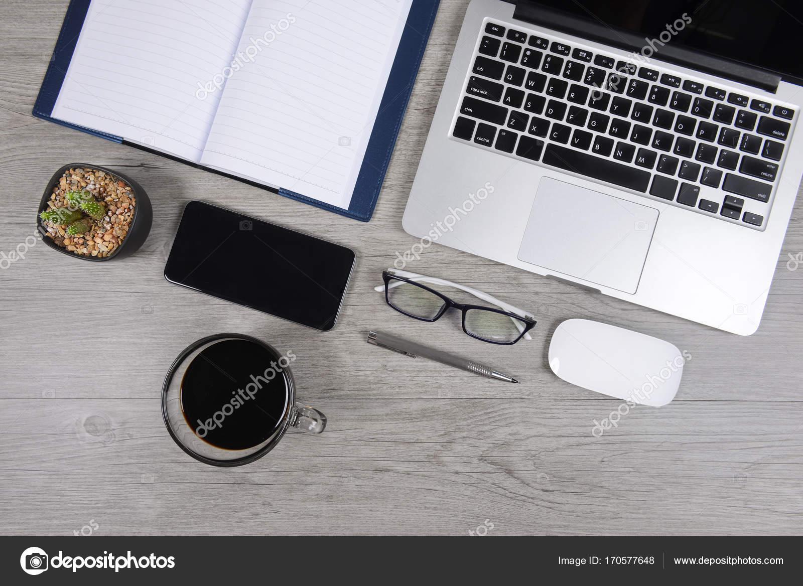 Mesa de oficina con ordenador port til port til tableta for Oficina portatil