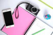 fotoaparát Fuji x70 s Poznámkový blok, pero, telefon izolovaná s bílou