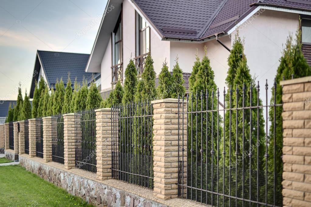 Casa di paese moderno foto stock bezikus 129287550 for Piani casa di campagna 2000 piedi quadrati