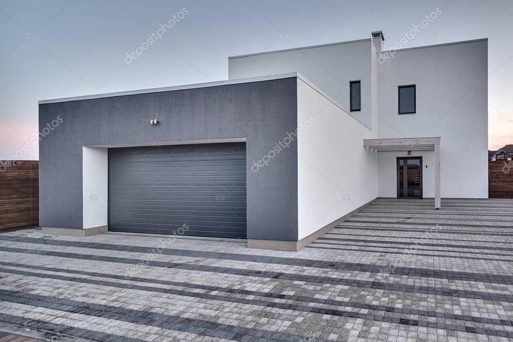 Landhuis in moderne stijl u stockfoto bezikus