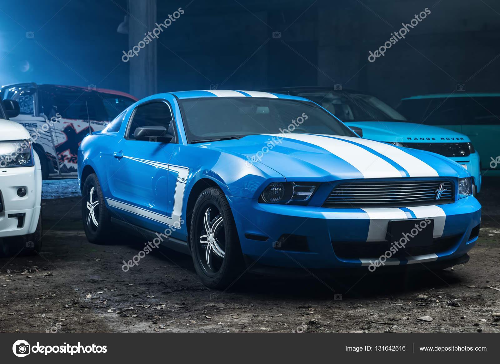 Color blanco Ford Mustang tuning — Foto editorial de stock © bezikus ...