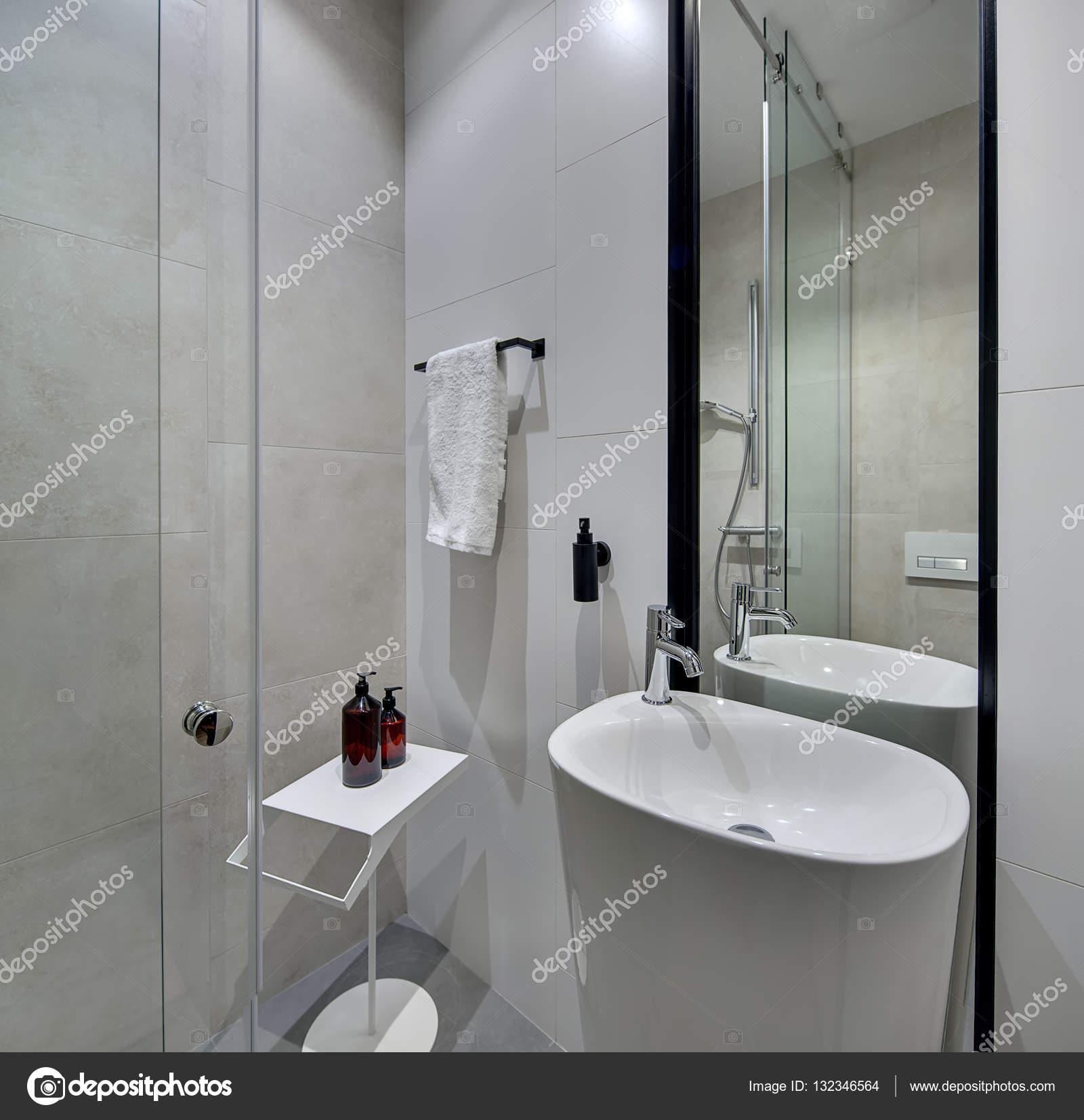 Leichtes, Modernes Badezimmer Mit Weißen Und Cremefarbenen Fliesen An  Wänden Und Grau Auf Dem Boden. Es Ist Eine Weiße Wanne Mit Chrom  Wasserhahn, ...