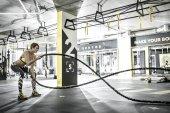 Fotografie Mädchen übt mit Fitness Seil im Fitness-Studio