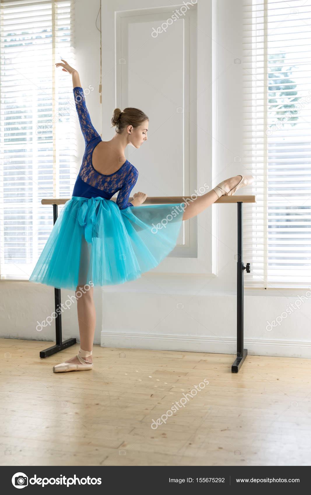Ballerina ist die Ausbildung in barre — Stockfoto © bezikus