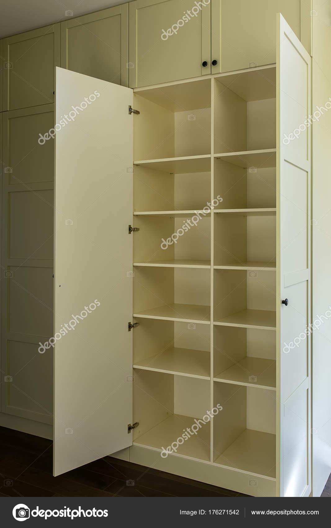 Bezaubernd Moderne Garderobe Referenz Von Met Planken — Stockfoto