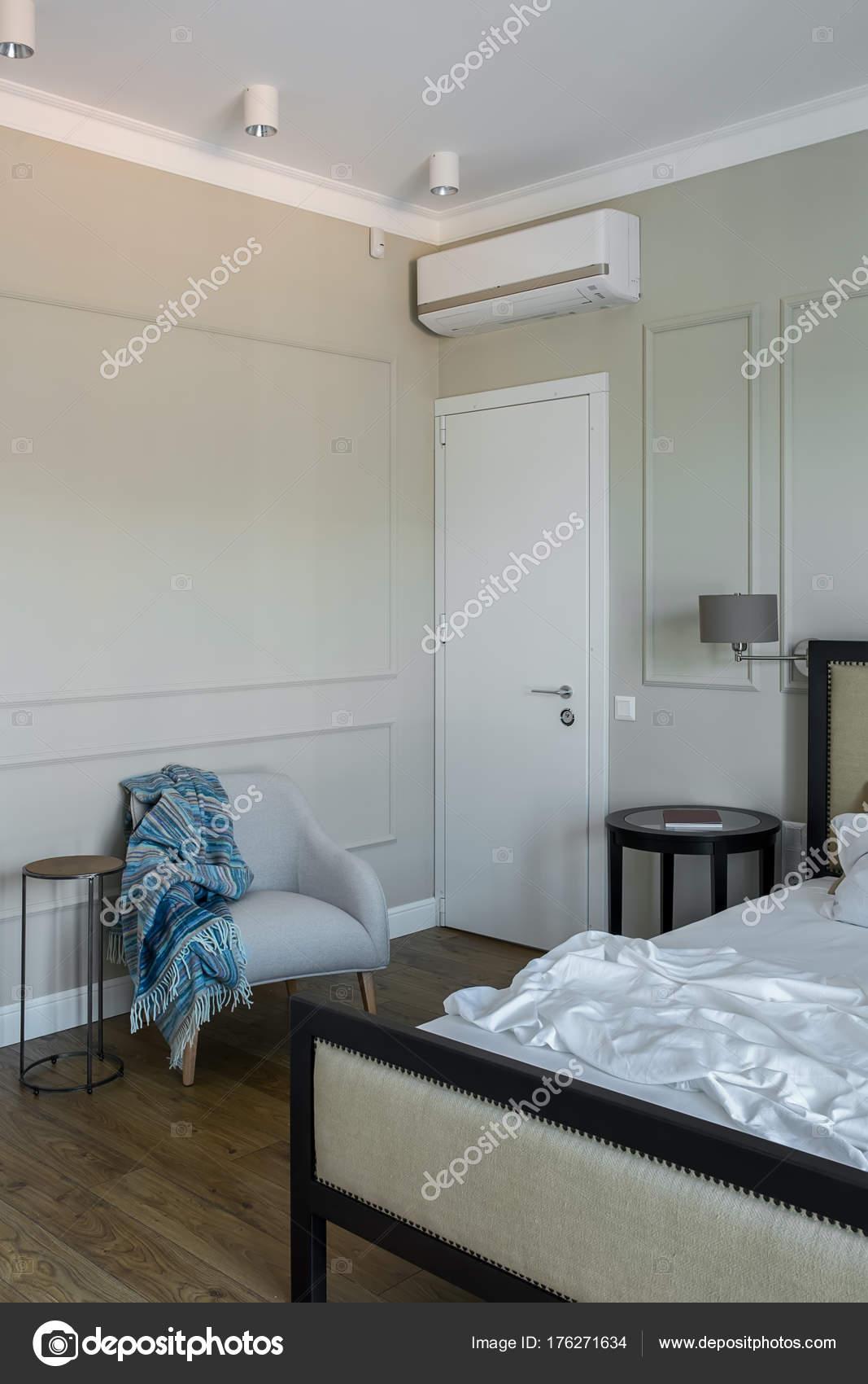 Chambre à coucher dans un style moderne — Photographie ...