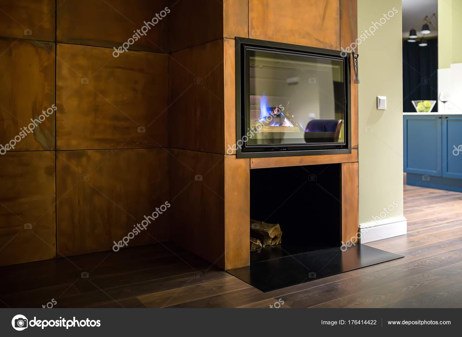 Open haard met het branden van brandhout u stockfoto bezikus