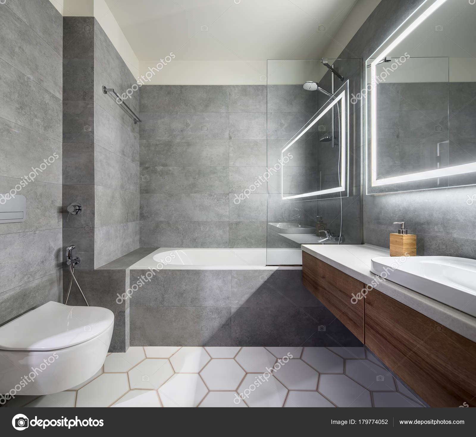Modernes Bad Mit Grauen Und Weißen Fliesen. Gibt Es Ein Großer Spiegel Mit  Leuchtenden Lampen, Tischplatte Mit Holzschubkästen Und Spüle, Bad Mit  Dusche Und ...