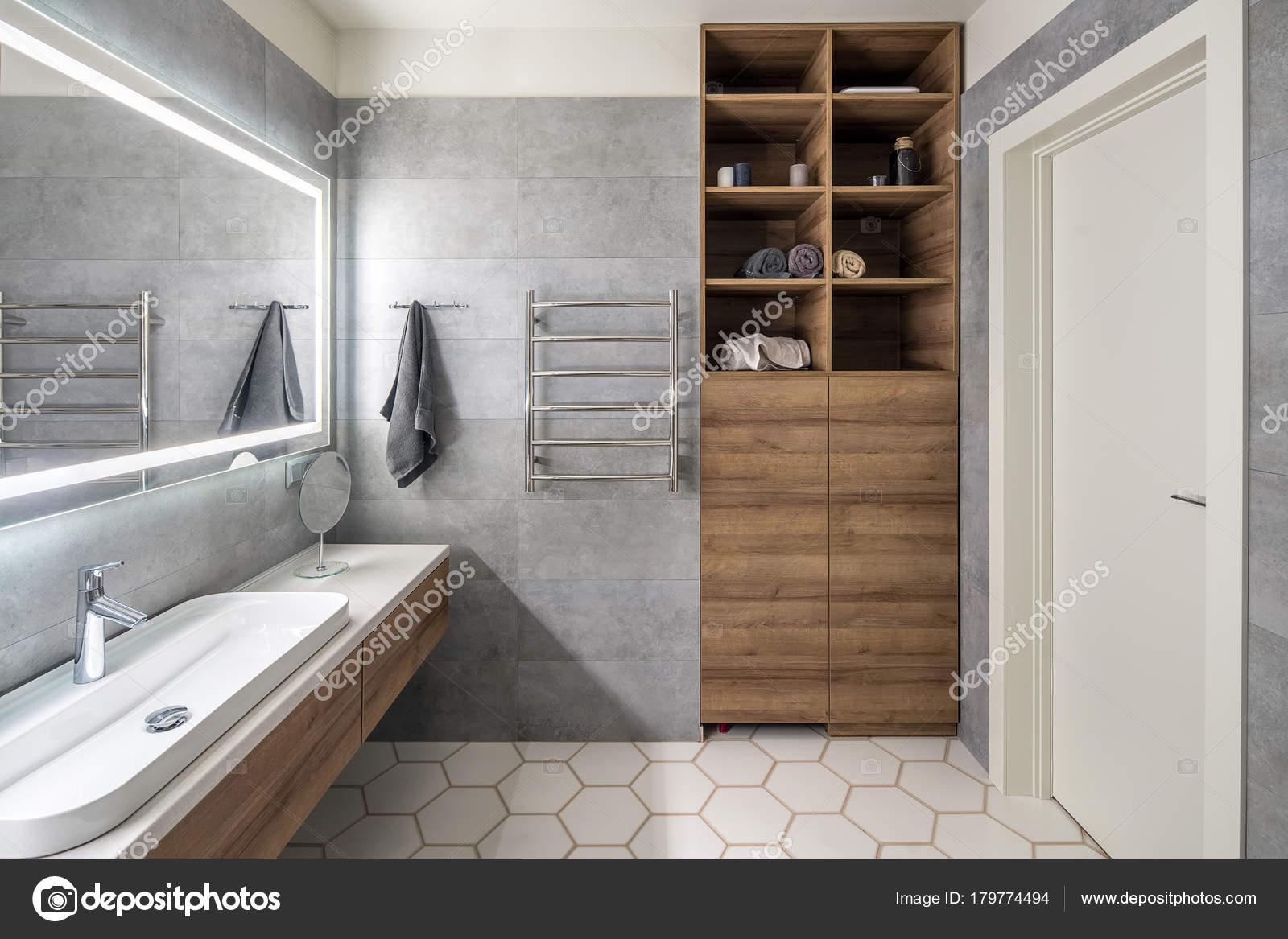 Handdoekrek Voor Badkamer : Stijlvolle badkamer in moderne stijl u2014 stockfoto © bezikus #179774494