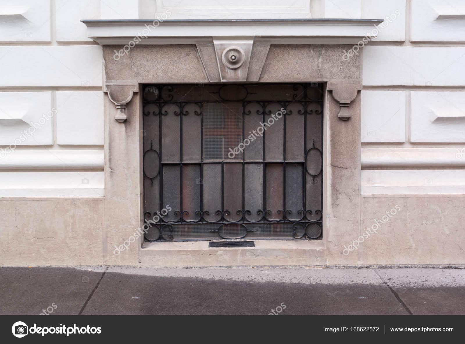 Windows met zwarte balken met decoratie achtergrond u2014 stockfoto